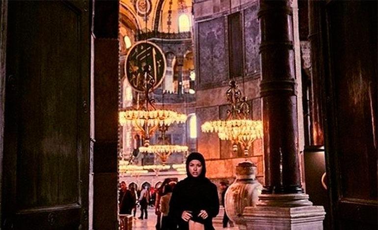 Una modelo belga posa desnuda en la basílica de Santa Sofía en Estambul