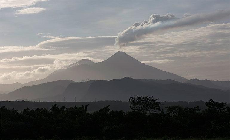 El volcán Pacaya de Guatemala tiene dos flujos de lava de hasta 250 metros