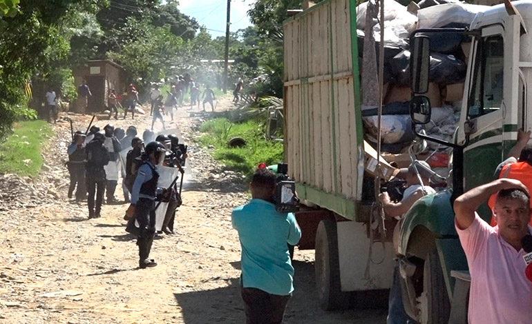 ¡Batalla campal entre recolectores de basura y policías antimotines!