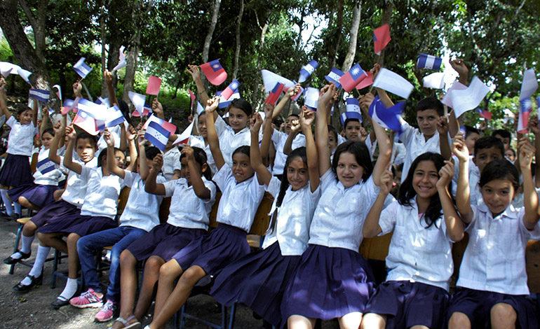 Los alumnos de la escuela María Guzmán de Caballero recibieron a los visitantes con alegría, agitando banderines de Honduras y China Taiwán.