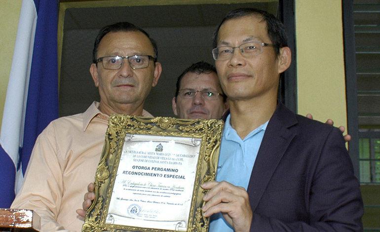 El profesor Mártir Leiva le entregó un reconocimiento al delegado de la embajada de China Taiwán, Andrés Kan, como muestra de gratitud por las aulas construidas.
