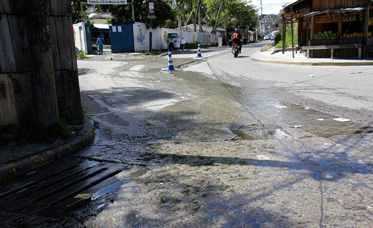 """""""Chorro"""" de aguas negras afecta pobladores"""