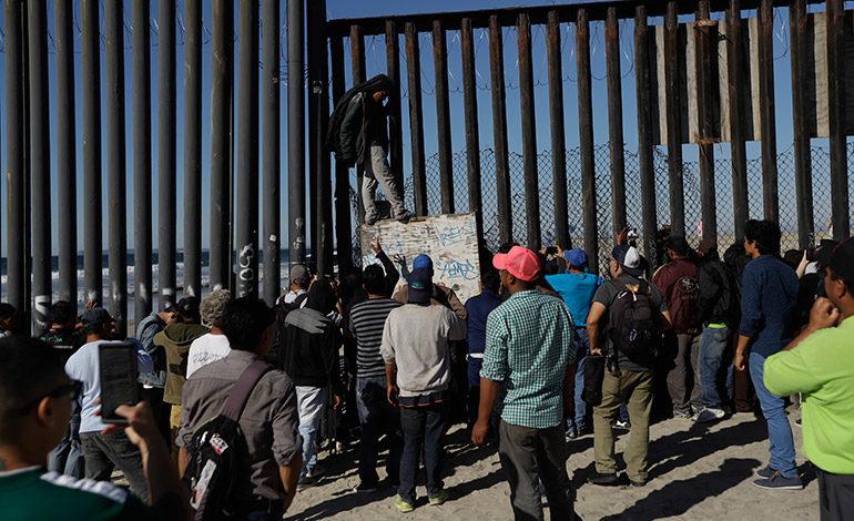 Migrantes se concentran en las puertas de EEUU