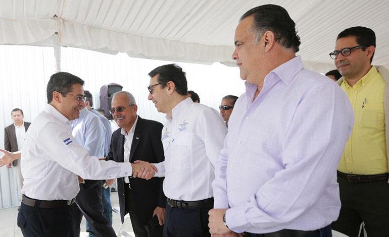 Presidente Hernández anuncia rebaja en precio del cemento para obras públicas
