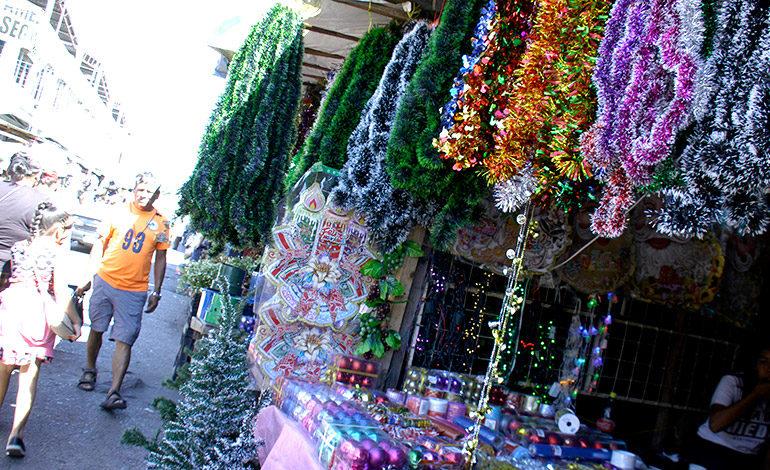 """7e20e47cc7f Inicia venta """"loca"""" de adornos navideños en Comayagüela - Diario La ..."""