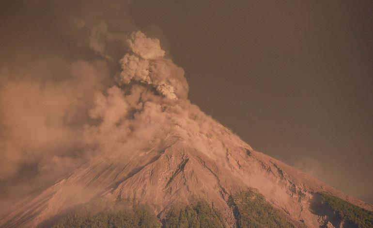 Recomiendan evacuaciones en Guatemala por erupción del volcán de Fuego