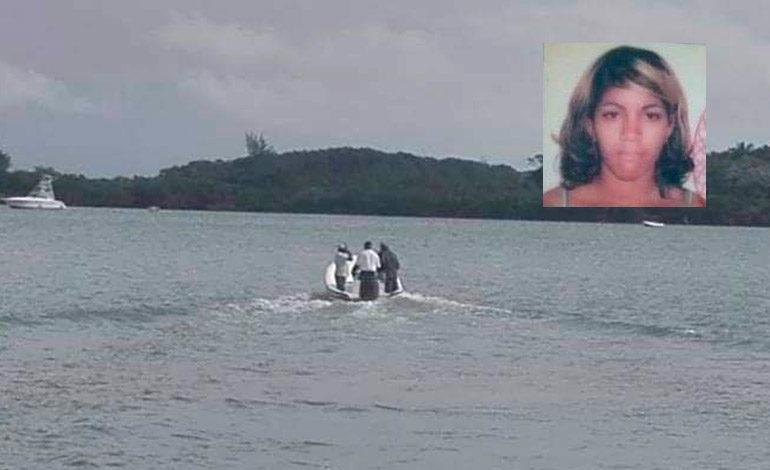 Una mujer muere tras naufragio de balsa con 18 cubanos a bordo en Guanaja