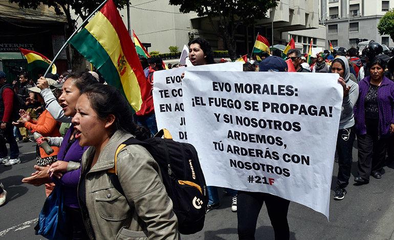 Bolivianos protestan contra postulación de Evo Morales
