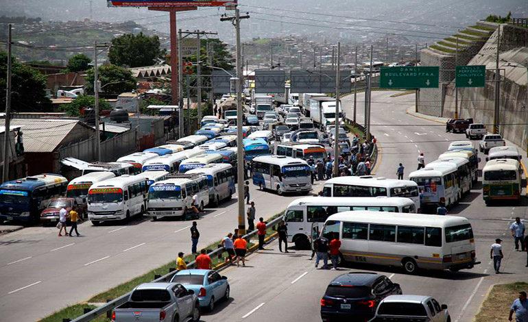 Transportistas se toman salida al norte por quema de autobuses