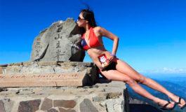 Una montañista que se fotografiaba en bikini murió tras caer a una grieta