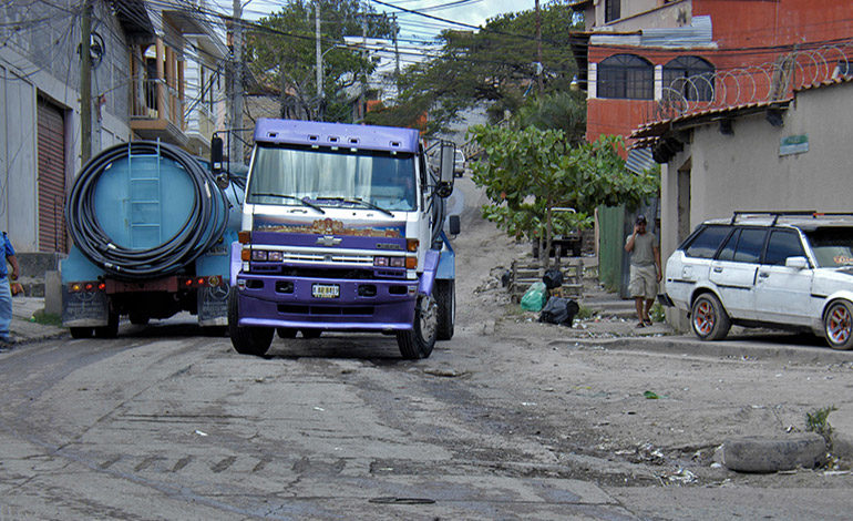 Camiones deterioran calle en La Divanna