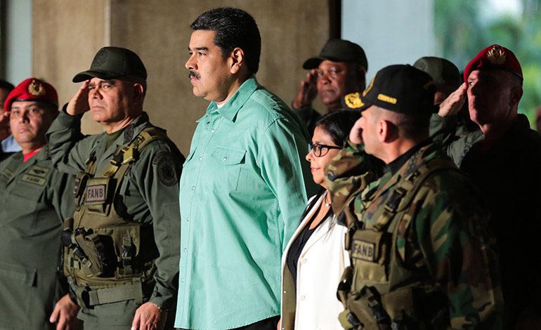 """Maduro pide a militares un plan de """"despliegue permanente"""" en medio de crisis"""