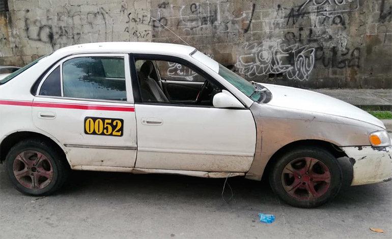 Encuentran taxi abandonado, familiares buscan al conductor