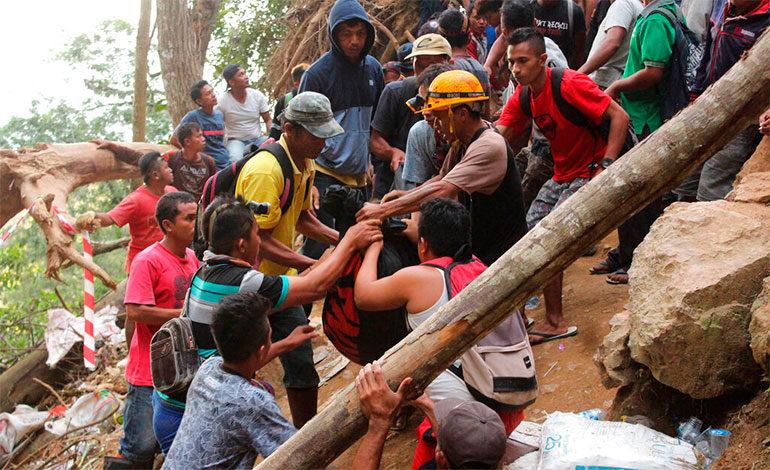 Indonesia: les pasan agua y comida a mineros sepultados