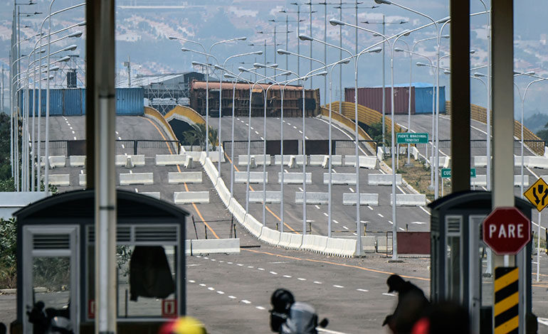 Militares bloquean brevemente a diputados que partieron a frontera colombo-venezolana