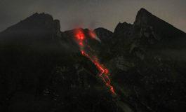Erupción de un volcán en Indonesia, uno de los más activos del mundo