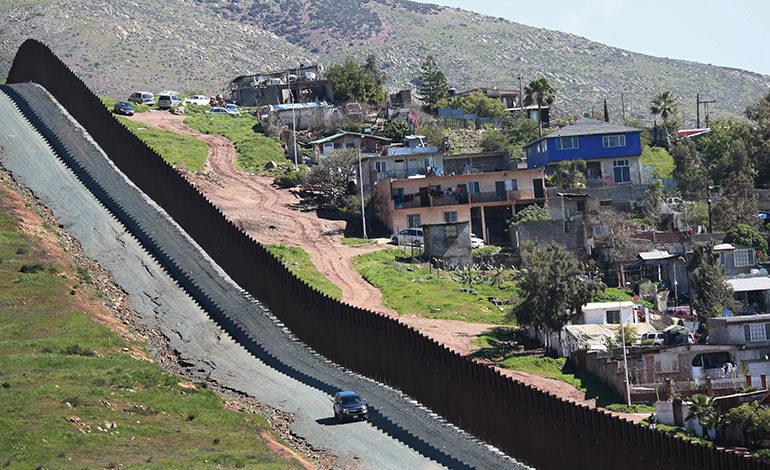Congresistas demócratas atacan estrategia de Trump para el muro fronterizo