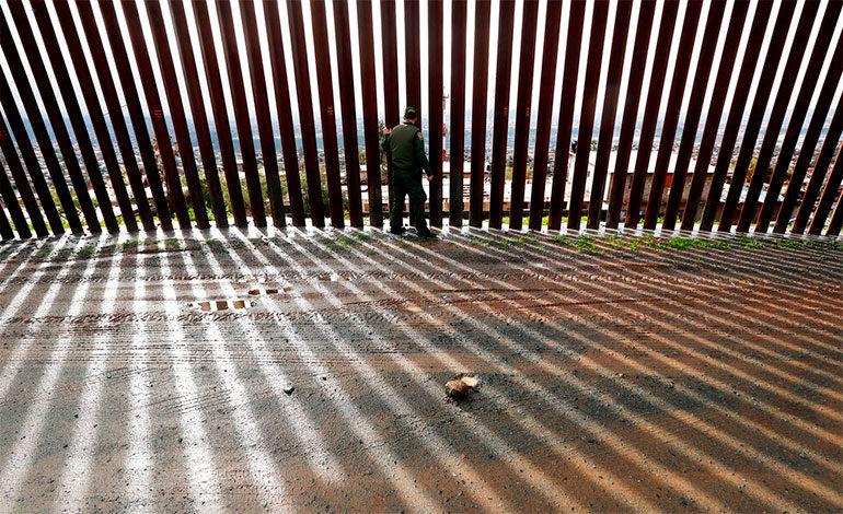 Trump busca dinero de donde pueda para construir el muro