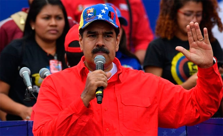 """Maduro dice jamás se """"doblegará"""" y pide a militares defenderlo si lo derrocan"""