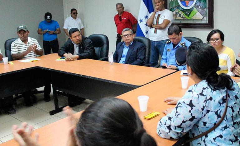 Gobernación recibe a pobladores de Talanga que mantienen tomada la alcaldía