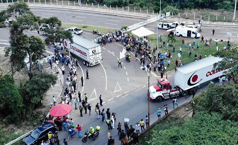 Venezuela refuerza bloqueo de puente fronterizo con Colombia