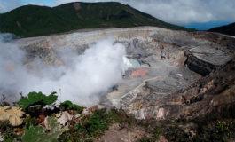 El volcán Poás de Costa Rica hace una erupción con incandescencia (Video)