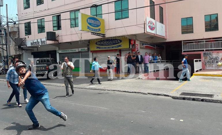 Seguidores de David Romero se enfrentan a la Policía (Galería)