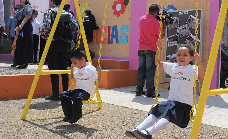 Niños de centro básico disfrutan de parque infantil