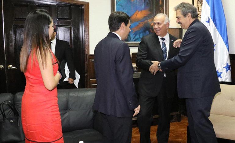 Oliva se reúne con asesores de la OEA