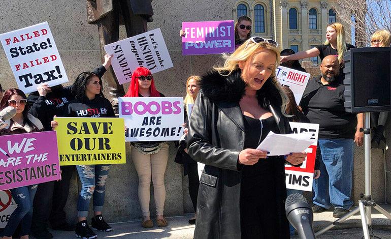 Stormy Daniels protesta contra impuesto a las desnudistas