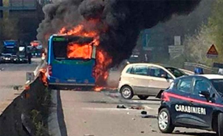 Hombre secuestra autobús con  51 estudiantes y le prende fuego