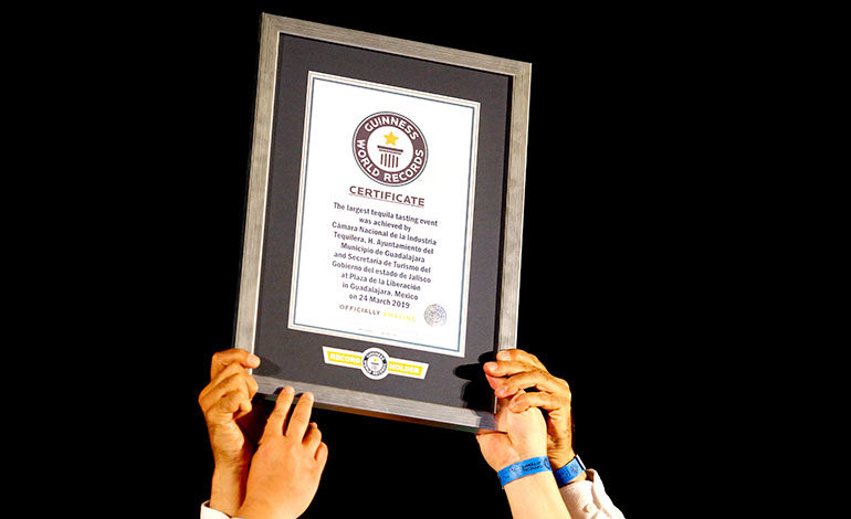 Jalisco rompe récord Guinness con cata de tequila más grande del mundo