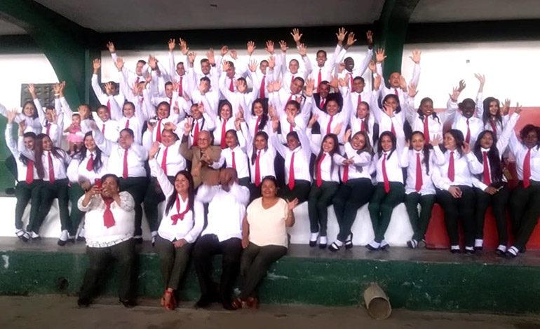 64 nuevos bachilleres por madurez gradúa el instituto San Antonio