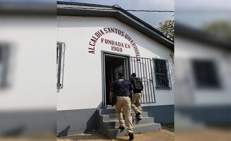 ATIC secuestra documentos en alcaldía de José Santos Guardiola, Islas de la Bahía
