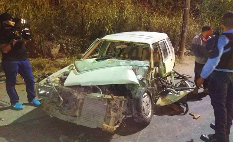Conductor de turismo escapa de morir en choque con bus