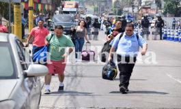 """Viajeros caminan al Toncontín por caos vial en protesta de """"buses brujitos"""""""