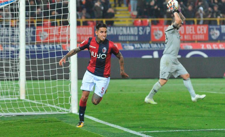 El chileno Erick Pulgar saca al Bolonia del descenso