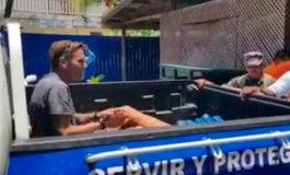 """Detienen a """"gringo revoltoso"""" con supuesta marihuana en Utila (Video)"""