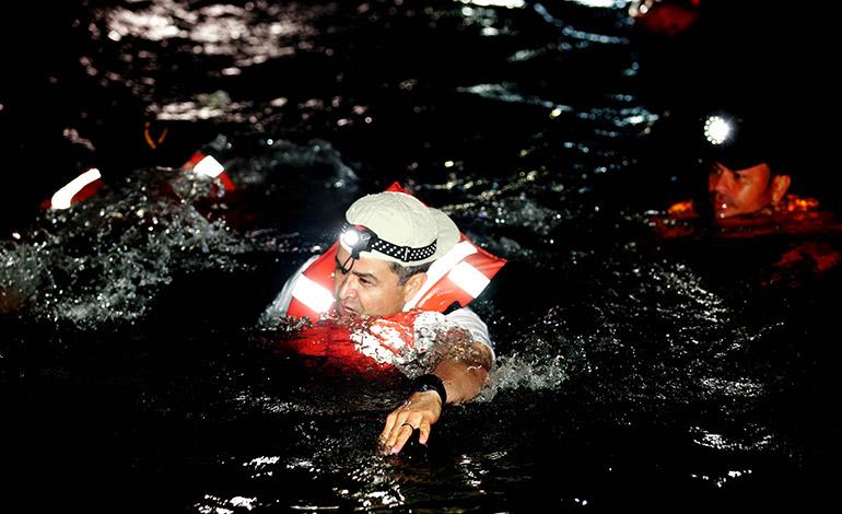 El Presidente Juan Orlando Hernández se sumergió en las cristalinas aguas del río subterráneo.