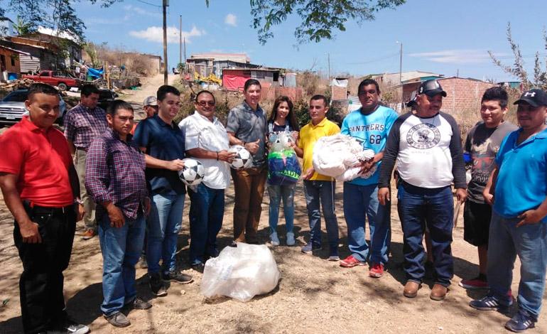 Conapid entrega implementos deportivos a jóvenes en Altos de Santa Rosa