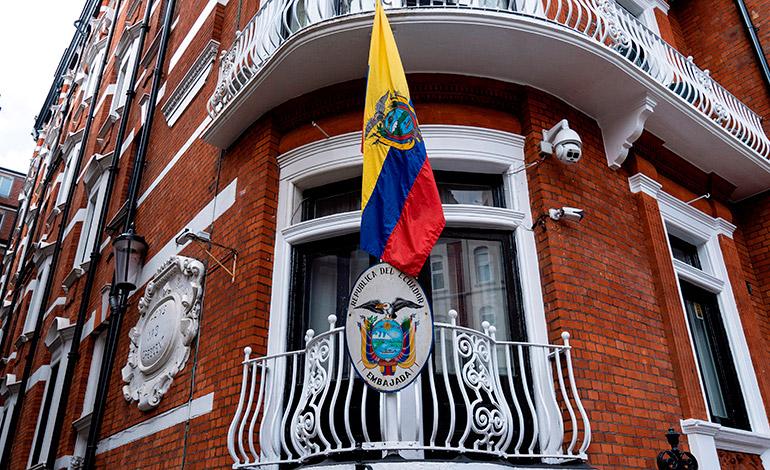 Ecuador denuncia ataques informáticos tras el retiro del asilo a Assange
