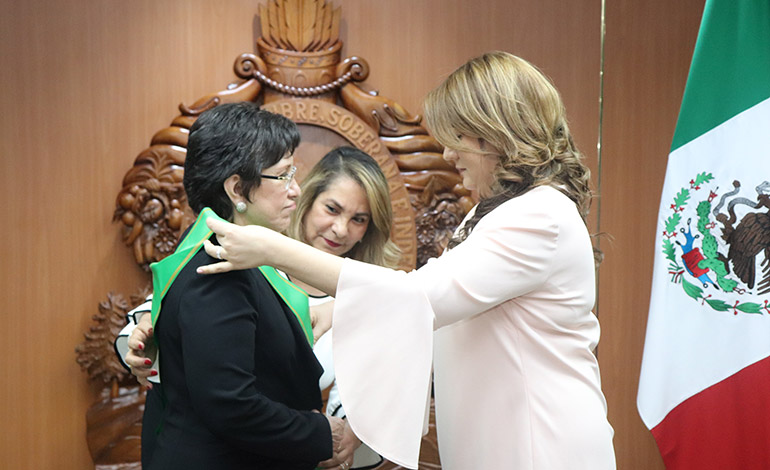 Condecoran a la embajadora de México, Dolores Jiménez