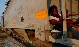 """Migrantes hondureños se suben al tren """"La Bestia"""" tras redada en México"""