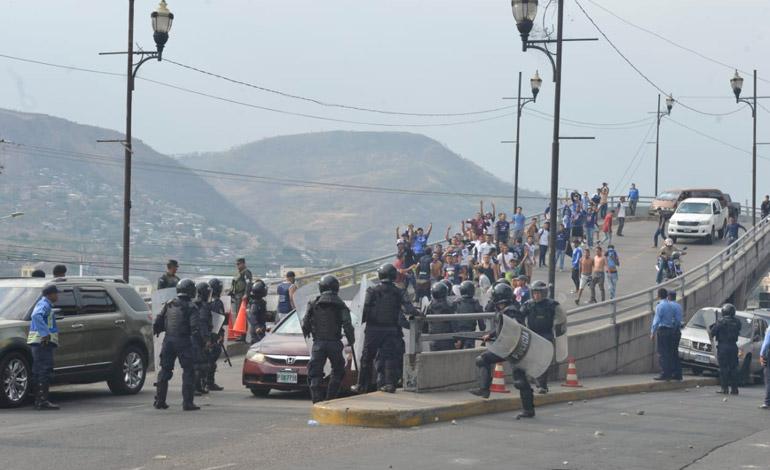 Disparos y piedras entre aficionados del Motagua y Marathón