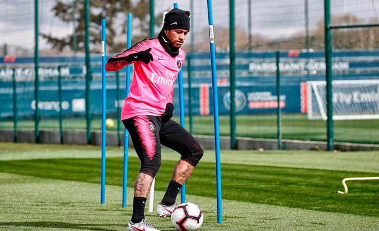 Neymar vuelve a tocar el balón, pero aún debe pasar test médicos