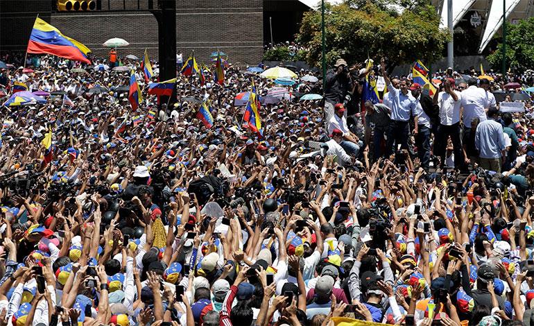 Gobierno y oposición miden fuerzas con marchas en Caracas