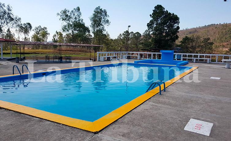 Los veraneantes también pueden disfrutar de la piscina en el hotel de campo