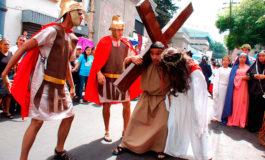 Feligreses católicos recrean en la capital la pasión de Jesús