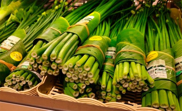 Los supermercados usan hojas de plátano en lugar de bolsas de plástico