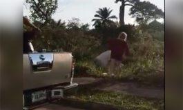 Captan en video a mujeres botando basura en Omoa, Cortés